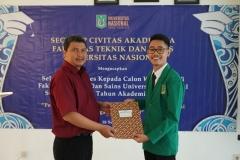 Pemberian sertifikat kepada mahasiswa terbaik fakultas teknik dan sains