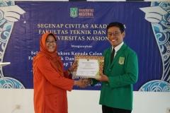 Pemberian sertifikat kepada mahasiswa terbaik
