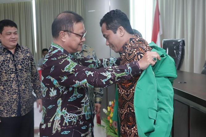 Prosesi pelepasan mahasiswa secara simbolis oleh Wakil Direktur Sekolah Pascasarjana Dr. Firdaus Syam, M.A.  kepada mahasiswa