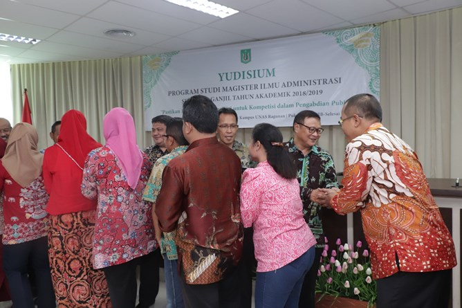 Seluruh dosen dan peserta yudisium bersalam-salaman setelah acara pelepasan selesai digelar