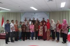Foto bersama seluruh mahasiswa magister administrasi publik yang di yudisium pada acara pelepasan calon wisudawan di Ruang seminar lantai 3 menara UNAS Ragunan, Sabtu (13/4)