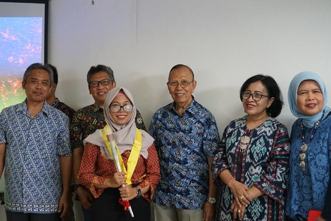 Foto bersama pimpinan FAPERTA beserta dosen dengan calon wisudawan