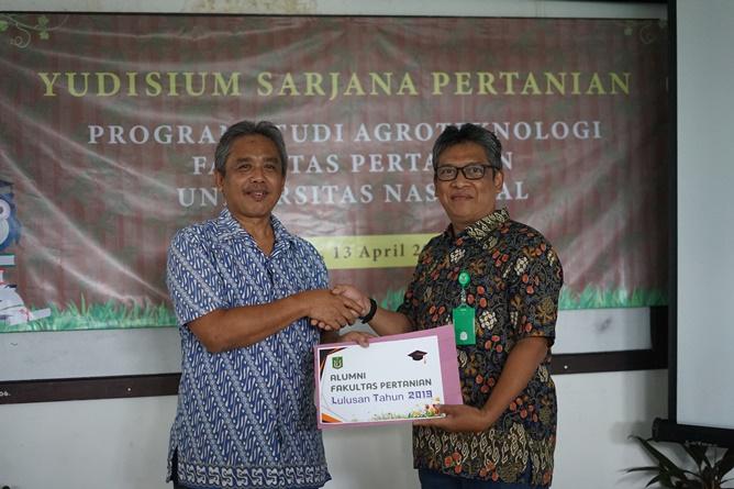 Pemberian sertifikat kepada alumni fakultas pertanian UNAS  Saptomo Setiawan, S.P., M.M.  diberikan langsung oleh Dekan Fakultas Pertanian Ir. Inkorena G.S. Sukartono, M.Agr