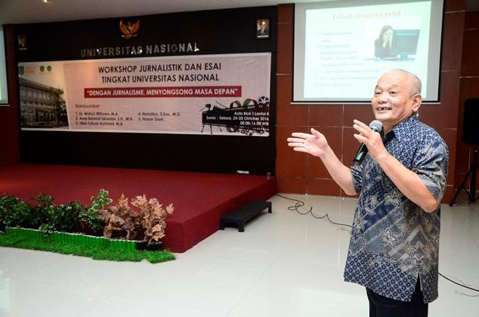 Proses Pemaparan materi oleh salah satu narasumber dalam pelatihan jurnalistik yang diadakan oleh Biro Kemahasiswaan Universitas Nasional di Ruang Aula Blok 1, Senin (24/10).