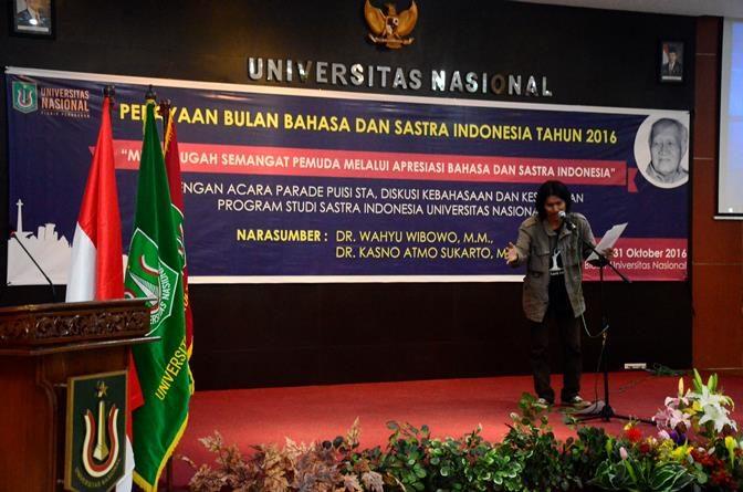 Pembacaan Puisi Oleh Mahasiswa Sastra Indonesia dalam Perayaan Bulan Bahasa dan Sastra Indonesia, di Ruang Aula Blok 1 lantai IV Universitas Nasional,Senin (31/10).