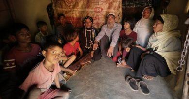 Pengungsi Rohingya Melarikan Diri dari Myanmar