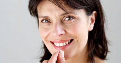 Wanita Meminum Obat Kanker