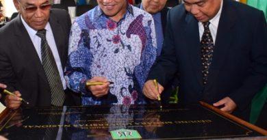 Sekretaris Jendral KEMENRISTEKDIKTI Prof Ainun Na'im (tengah) Bersama Rektor Universitas Nasional Dr El Amri Bermawi Putera (Kiri) dan Ketua YMIK Dr Ramlan Siregar (Kanan). Menandatangani Pr-1