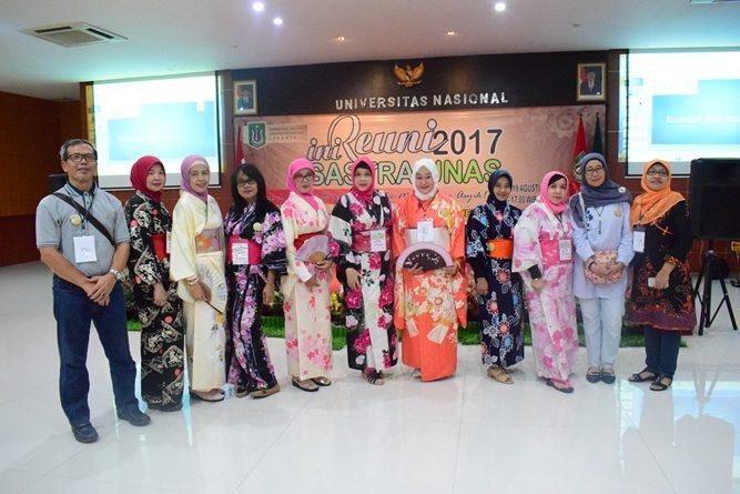 alumni sastra jepang unas berfoto bersama dalam acara reuni sastra unas