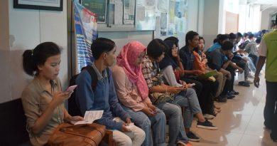 calon mahasiswa baru sedang menunggu antrian untuk tes wawancara