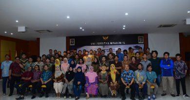 sesi foto bersama yang dilakukan oleh mahasiswa, calon wisudawan dan wisudawati serta dosen dan karyawan FTKI