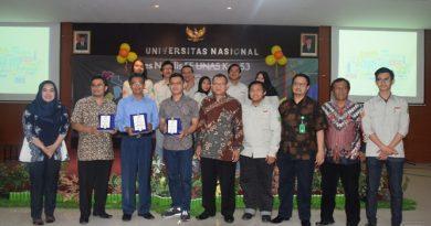 Foto bersama para narasumber, petinggi UNAS, dan mahasiswa dalam Dies Natalis FE