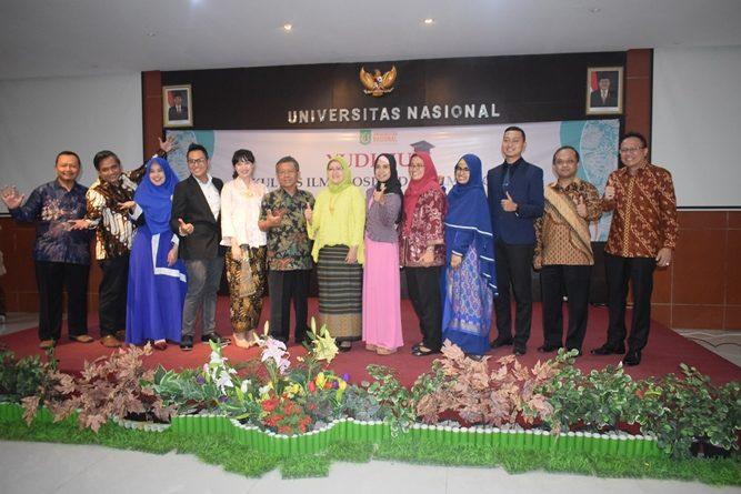 Foto bersama para alumni FISIP dan dosen FISIP dalam kegiatan Yudisium FISIP