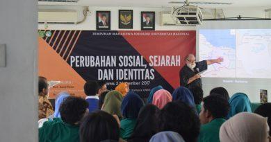 prof. David saat sedang memaparkan materinya dalam seminar sosiologi