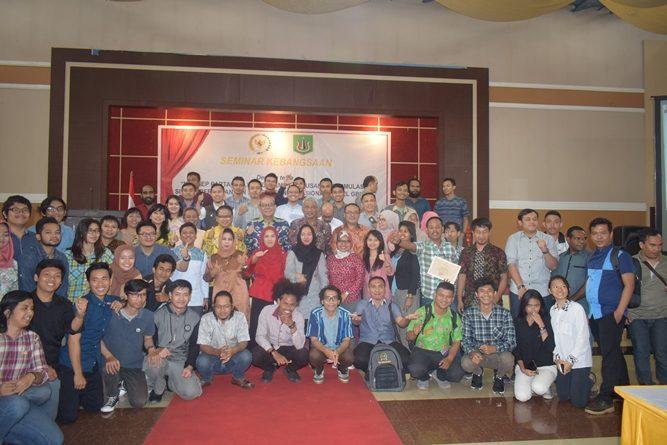para narasumber dan para peserta seminar saat sedang melakukan foto bersama