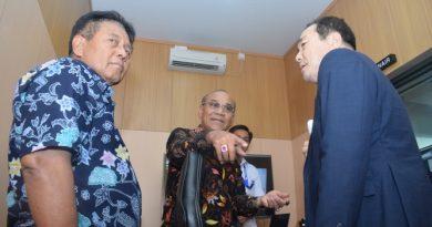 Warek Bidang Administrasi Eko Sugiyanto (Kiri) Rektor Universitas Nasional El Amry Bermawi Putra M.A (Tengah) dan Prof Cho (Kanan) membahas kecanggihan studio