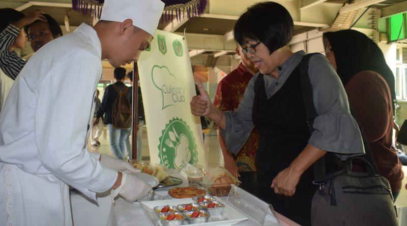 Mahasiswa AKPARNAS Pasarkan Hasil Kreasi Makanan