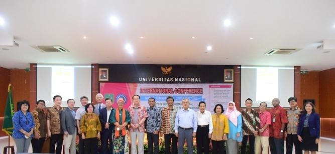 Foto bersama Dekan FH Dr. Ismail Rumadan, S.Ag., M.H dengan para narasumber dan dosen FH