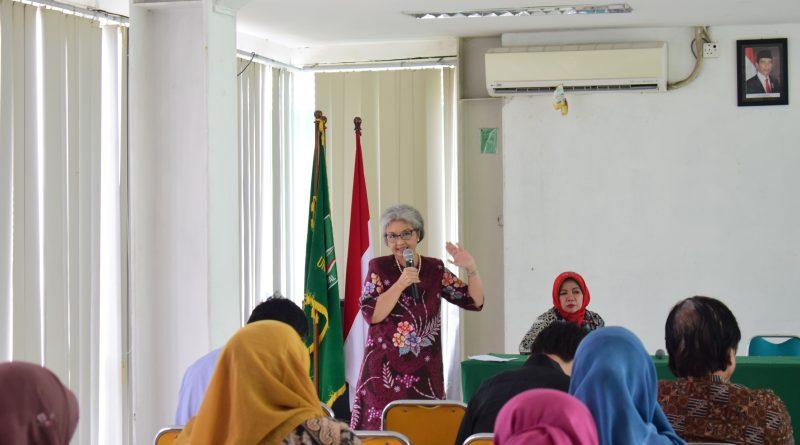 Ketua P4M Dr. Diana Fawzia, M.A. Saat menjelaskan tentang Desa Cibadak didepan Audience (4)