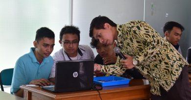 Peserta sedang memproses software untuk disambungkan ke robot (2)