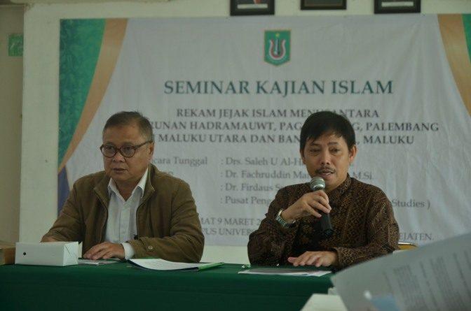 narasumber sedang memaparkan materinya mengenai rekam jejak islam