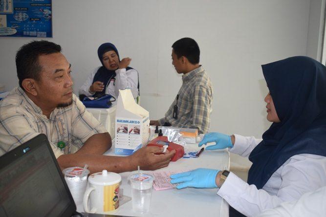 pendonor sedang melakukan pengecekan darah