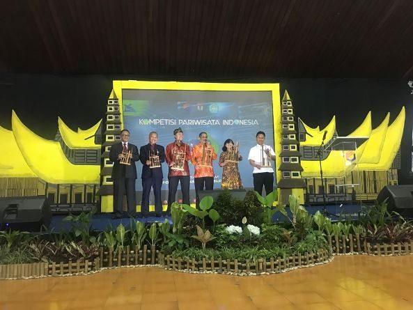 Foto Bersama - Direktur Akparnas Eddy Guridno, S.E., M.Si.M. mendampingi Menteri Pariwisata dalam menabuh angklung sebagai pembukaan acara secara resmi