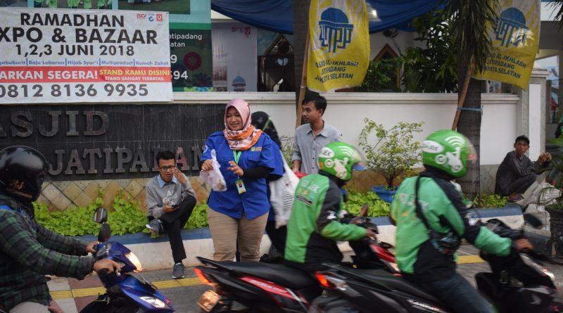 UPT MPR-PPMB UNAS Bagi-Bagi Takjil ke Pengguna Jalan