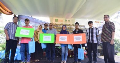 UNAS Berikan Penghargaan Satya Lencana dan Hadiah Umroh