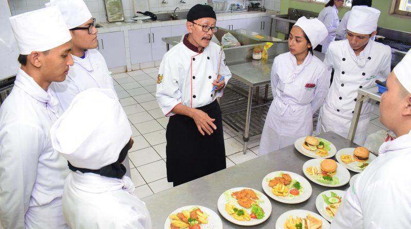 Tingkatkan Daya Saing Profesi, Mahasiswa Perhotelan Ikuti Pelatihan Uji Kompetensi