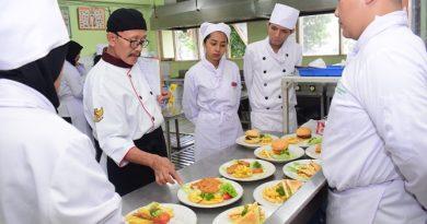 Pelatihan dan Uji Kompetensi Ahli Perhotelan Sektor Kitchen, Front Office, dan Food & Beverage