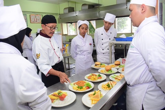 Pelatihan dan Uji Kompetensi Ahli Perhotelan Sektor Kitchen, Front Office, dan Food & Beverage