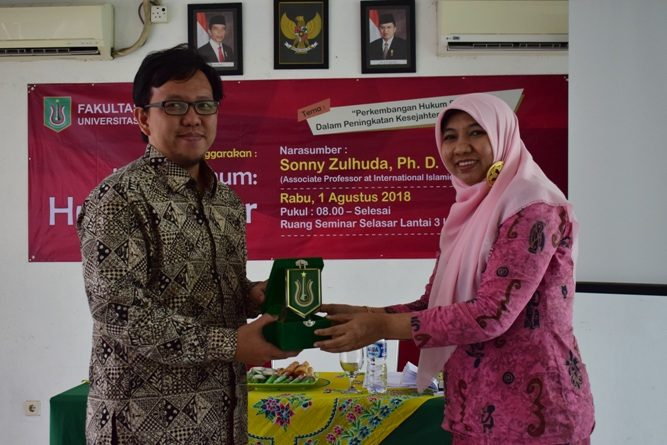 Fakultas Hukum Adakan Kuliah Umum Dengan Tema Hukum Siber (6)