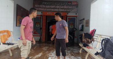 Diterjang Banjir, Logistik Pemilu di Kantor KPU Maros Aman