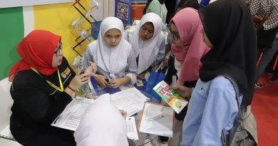 siswa SMA sedang berkunjung ke stand UNAS