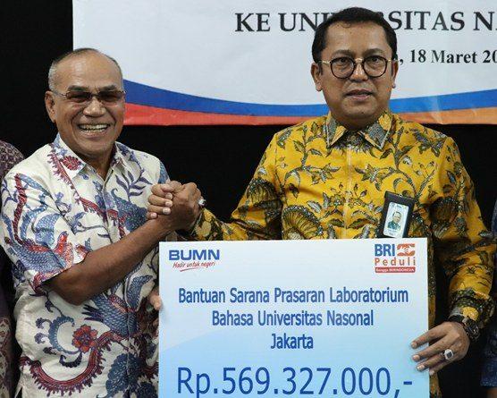 Penyerahan bantuan secara simbolis dari yang diserahkan langsung oleh Direktur Jaringan & Layanan PT. Bank Rakyat Indonesia (Persero) TBK. kepada Rektor UNAS Dr. Drs. El Amry Bermawi Putera M.A