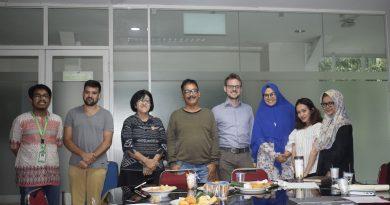 Foto bersama pembicara dan peserta diskusi