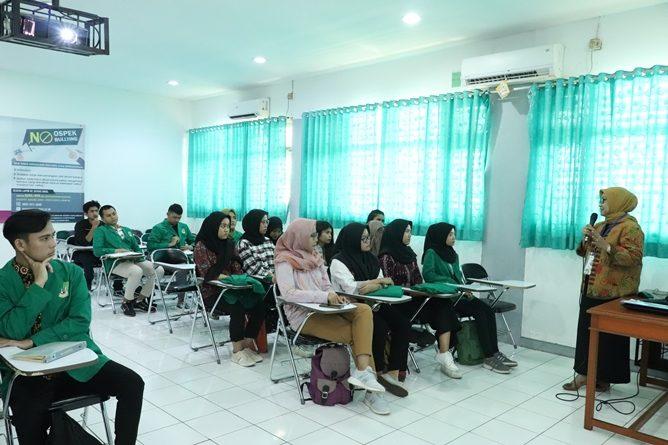 Para peserta mendengarkan dengan seksama materi yang diberikan oleh kepala Biro Administrasi Akademik Dra. Sri Handayani, M.Si. dalam kegitan PLBA UNAS, di Jakarta, (21/3)