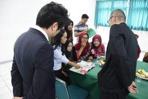 Mahasiswa dan Perwakilan Hokkaido ACA, Jepang sedang melihat buku budaya Jepang