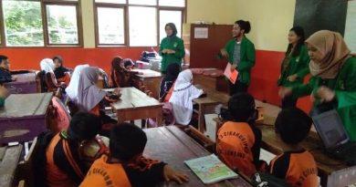 Mahasiswa ilmu komunikasi sedang mengajar kepada siswa SDN 03 Cikahuripan