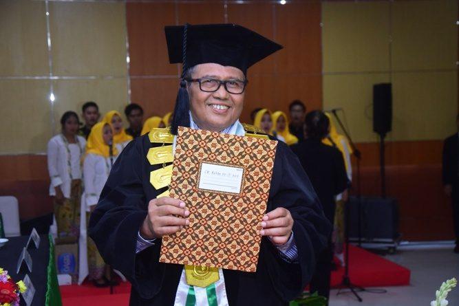 Prof. Dr. Eko Sugiyanto, M.Si. menerima surat keputusan sebagai guru besar di UNAS, di Auditorium UNAS Jakarta, 30 Maret 2019.
