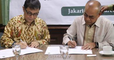 Rektor UNAS Dr. Drs. El Amry Bermawi Putera M.A. (Kanan) dan Chief Executive Officer WWF Indonesia Rizal Malik (kiri) melakukan penandatangan kerjasama, yang diselenggarakan di UNAS, Jakarta,22 Maret 2019