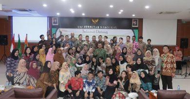 Foto bersama segenap pimpinan fakultas ekonomi dan bisnis dengan para lulusan pada acara yudisium FEB, di Auditorium blok 1 lantai 4, Jakarta (6/4)