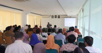 Saat acara berlangsung dengan pemaparan hibah dikti oleh Wakil Rektor Bidang Penelitian dan Pengabdian pada Masyarakat Prof. Dr. Ernawati Sinaga, M.S., Apt.