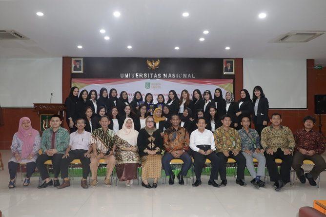 foto bersama seluruh pimpinan fakultas hukum, dosen, dan mahasiswa pada acara yudisium faultas hukum di auditorium blok 1 lantai 4 universitas nasional, selasa (16/4)