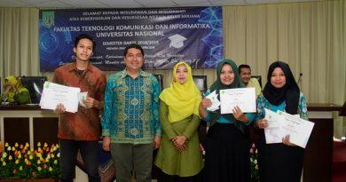 para lulusan terbaik dari FTKI UNAS menerima piagam penghargaan dari fakultas, di acara yudisium FTKI, di Menara UNAS, Ragunan, Jakarta, Senin (15-4)