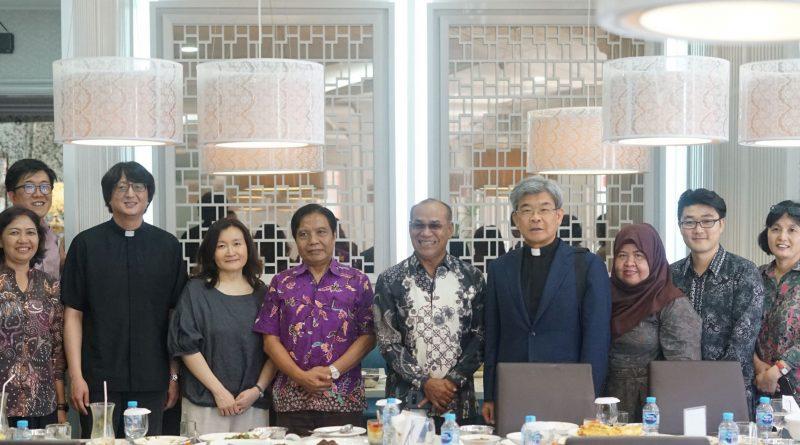 Foto Bersama setelah melakukan pertemuan antara Universitas Nasional dan Daegu Catholic University