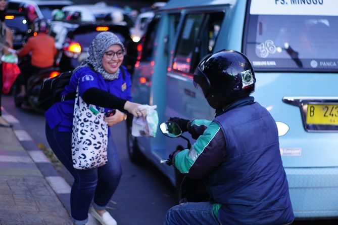 UPT MPR membagikan takjil kepada pengguna jalan, di Pasar Minggu, Jumat (24/5)