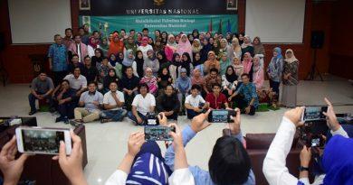 """Foto bersama seluruh dosen, staff, dan mahasiswa di lingkungan fakultas biologi UNAS pada acara Halal bihalal fakultas biologi """"Membangun Kekeluargaan di Aula dengan saling memaafkan dalam suasana fitri"""" pada Kamis (20/6) di Auditorium blok 1 lantai 4"""