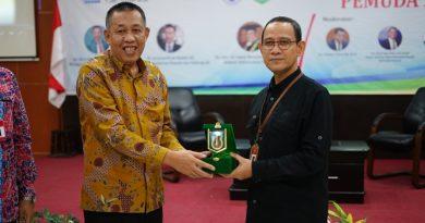 Wakil Rektor Bidang Kemahasiswaan Dr. Drs. Zainul Djumadin, M.Si (kiri) memberikan cinderamata kepada Asisten Deputi Bidang Kewirausahaan Pemuda Kemenpora Drs. Imam Gunawan, MAP (kanan) pada acara Kuliah Kewirausahaan Pemuda 2019 di Aula Blok 1 lantai 4 UNAS, Senin (24/6)